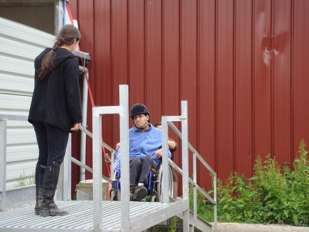 pour nos cavaliers en fauteuil nous avons une rampe d'accès