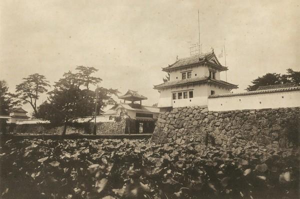 明治30年代末~40年頃の府内城。着到櫓に気象を観測する大分測候所が設けられていた。大分縣写真帖 (所収)より。