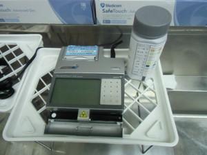 (上の写真は、尿検査の器械です。)