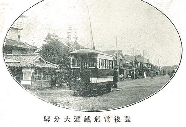 明治33年に開通した九州初の路面電車(絵葉書所収)。当時は竹町通り入口に大分駅終点があった。鉄道の大分駅は明治44年に完成。