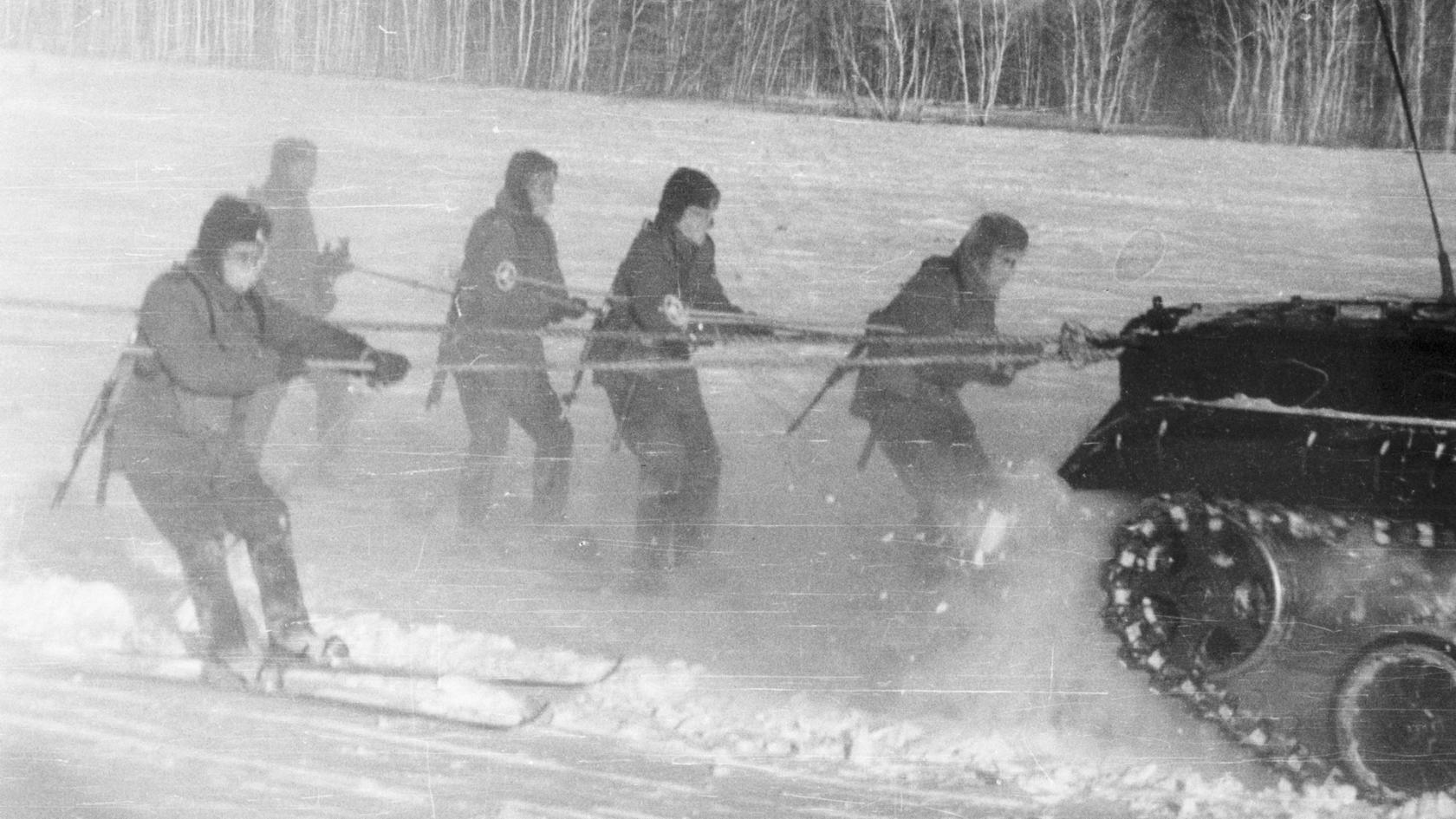 Бросок на лыжах за БМП.