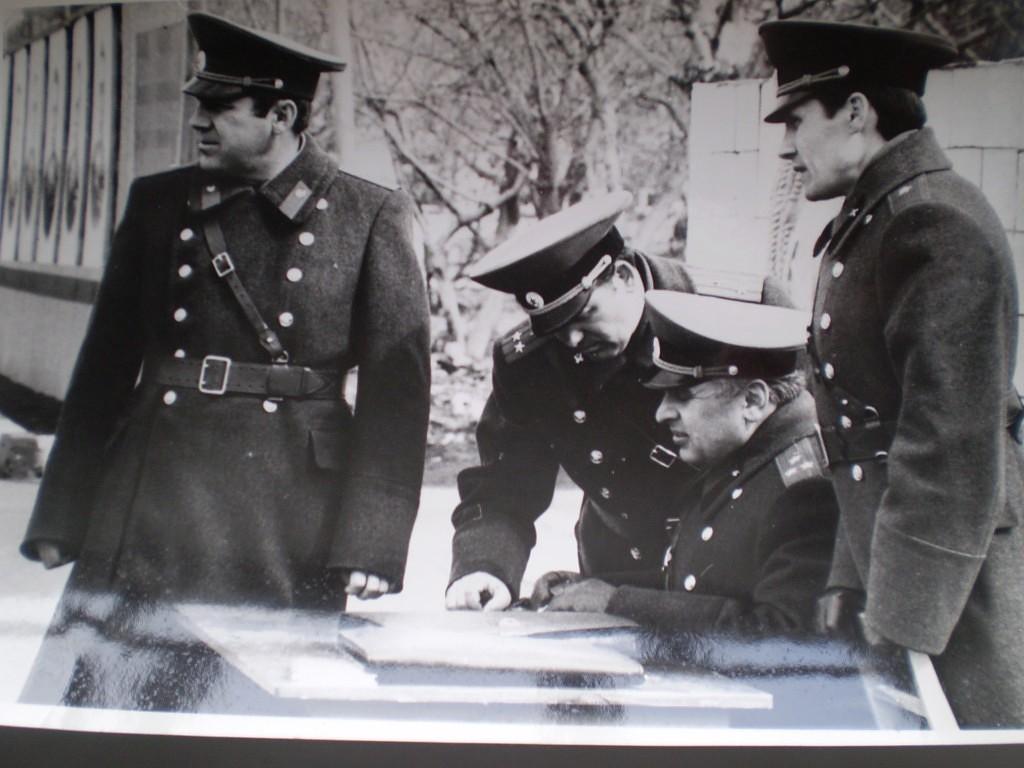 П-к Мороз (Штаб СибВО) принимает строевую подготовку у офицеров дивизии.