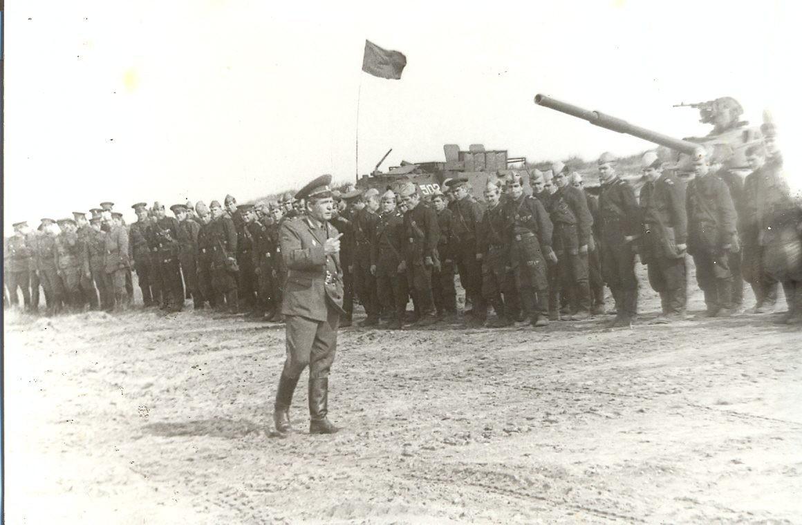 Командир дивизии генерал-майор Суменков И.И.  проверяет подготовку к занятиям.