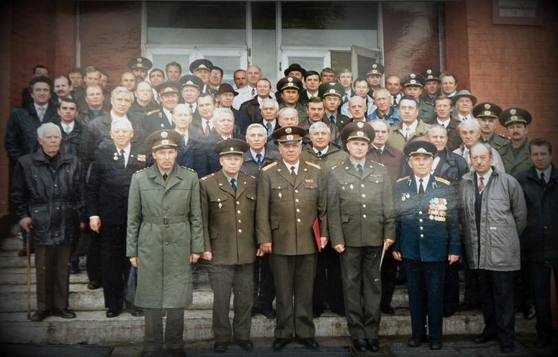 На ступеньках учебного корпуса в День 55 годовщины дивизии.
