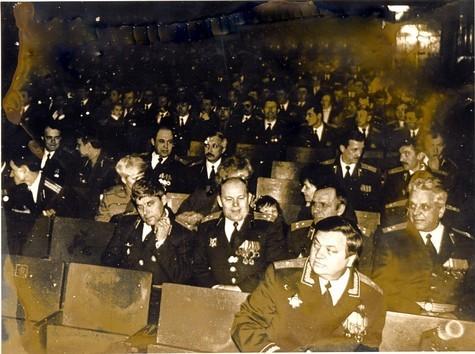 На торжественном собрании. КД г\м-р Леонтьев А.Н. Справа-налево: НШ п-к Дейнекин В.А.; ЗКД п-к Жмакин В.В.; ЗКВ п-к Шариков В.И; ЗКТ п-к Пензин