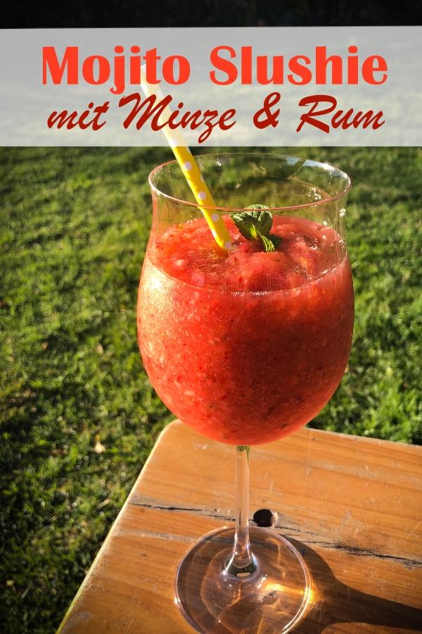 Erdbeer Mojito Slushie, gefrorene Erdbeeren gemixt mit Eiswürfeln, Mineralwasser, Rum, Minze und Rohrzucker - ein fantastisches Getränk für deine Terrasse, im Thermomix oder im Mixer ruck zuck gemacht