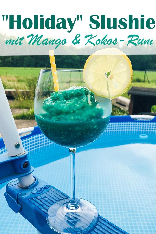 Holiday Slushie, gefrorene Mango gemixt mit Eiswürfeln, Mineralwasser, Kokos-Rum, Blue Curacao und Rohrzucker - ein fantastisches Getränk für deine Terrasse, im Thermomix oder im Mixer ruck zuck gemacht, Urlaubsgetränk für Ferien zu Hause