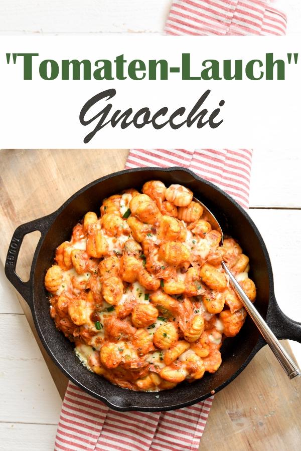 Gnocchi in einer Tomaten-Lauch-Soße, mit Käse bestreut und kurz im Backofen mit Grillfunktion den Käse zum Schmelzen bringen, Soße aus dem Thermomix, Gnocchi auf dem Herd gekocht, Express-Rezept, Familienküche, vegetarisch, vegan machbar