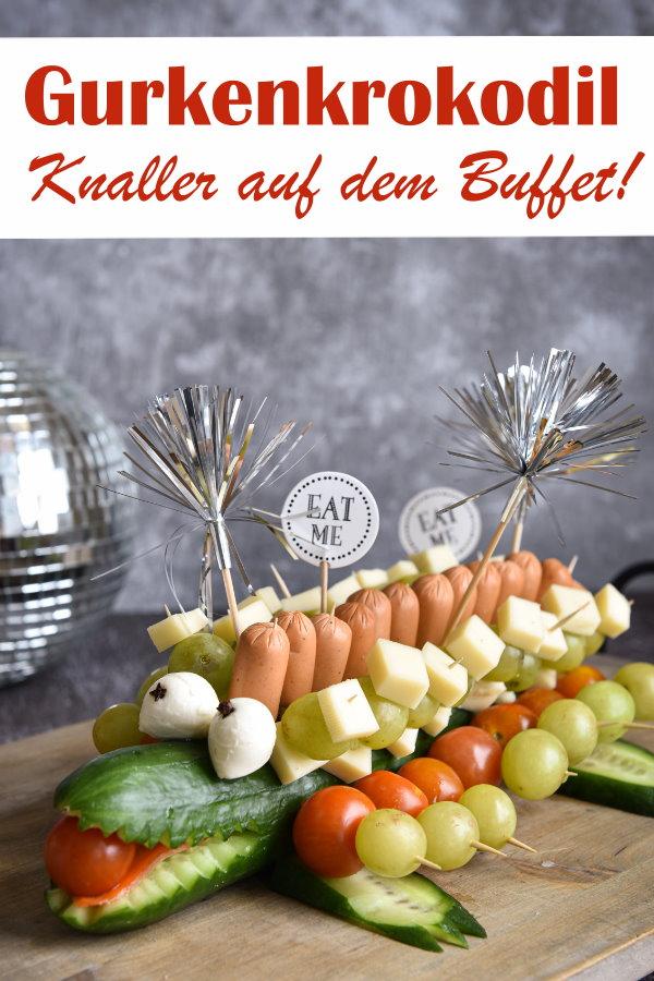Gurkenkrokodil, der Knaller auf jedem Kindergarten- oder Schul-Buffet, zum Geburtstag, zum Fasching / Karneval, statt Mettigel, vegetarische Version, mit Veggie Würstchen, Tomaten, Käse, Trauben, Kindergeburtstag