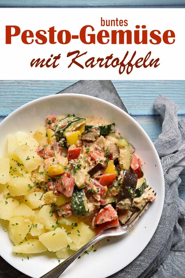 Buntes Pesto Gemüse mit Zucchini, Paprika, Aubergine, in selbst gemachtem Pesto aus Sonnenblumenkernen, Tomaten und Frischkäse, dazu Kartoffeln, Familienküche, Mittagessen, vegetarisch, vegan möglich