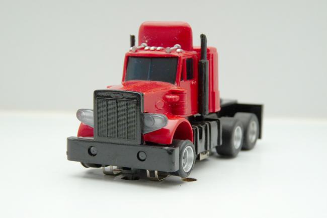 AURORA AFX Peterbilt Truck gelaugt rot