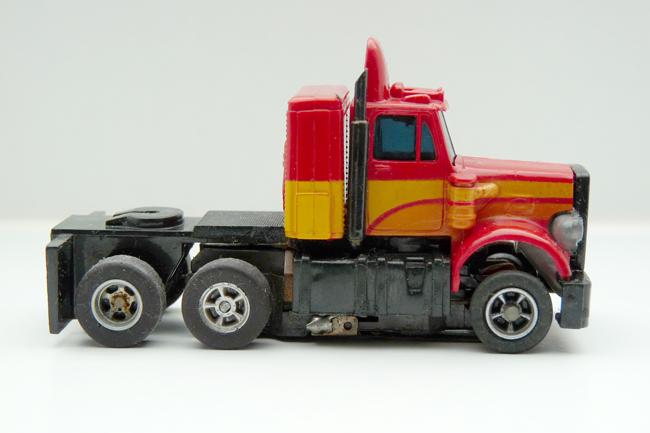 AURORA AFX Peterbilt Truck gelaugt rot-gelb-orange