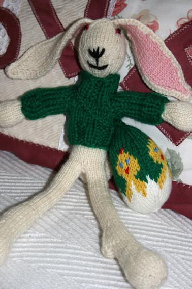 Der gestrickte Osterhase - ein Spielkamerad für große und kleine Kinder