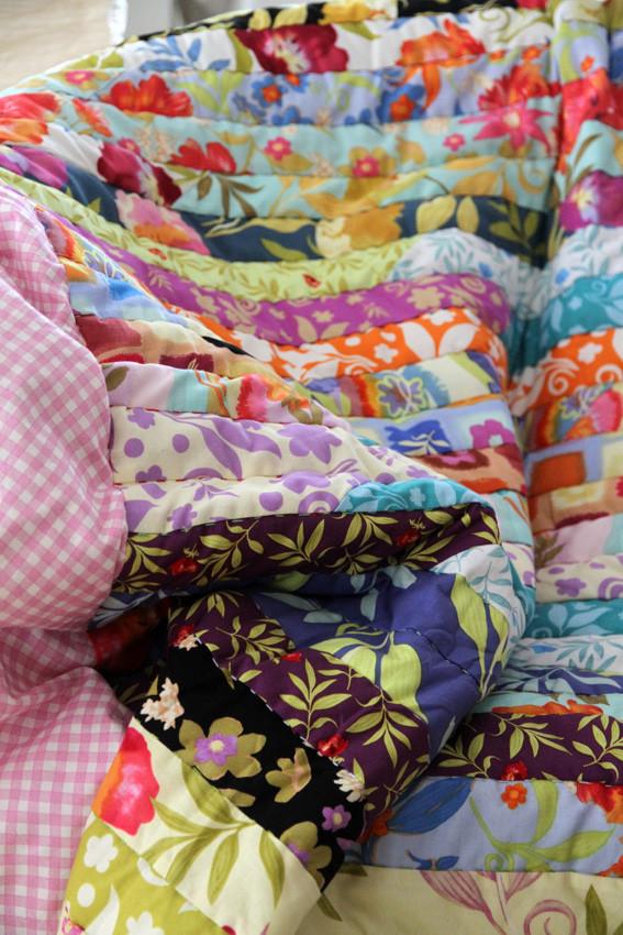 Teil-Ansicht einer großen bunten Patchwork-Sofadecke - wunderbar kuschelig