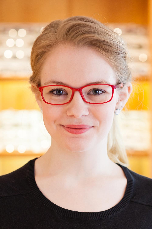 Ungünstig: der Steg der Brille lässt die Nase größer wirken, der untere Rand ist zu gradlinig und verbreitert die Gesichtpartie und die Brillenfarbe bildet keine Harmonie zum natürlichen Hautunterton.