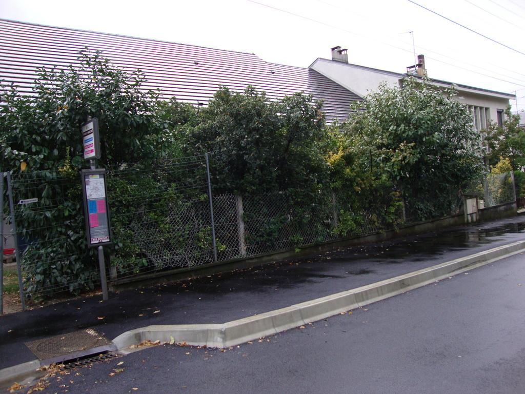 CHATEAUROUX  rue Pierre et marie Curie : arrêt de bus :absence de bande guidage et bande podotactile
