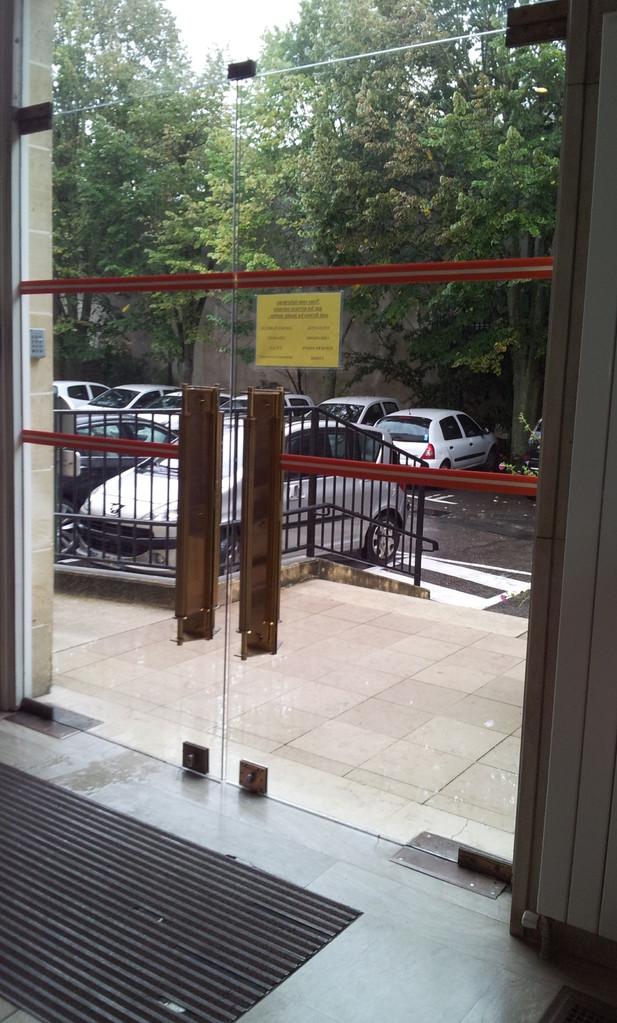 Bande de repérage sur portes vitrées à mauvaise hauteur (10 cm trop haut)