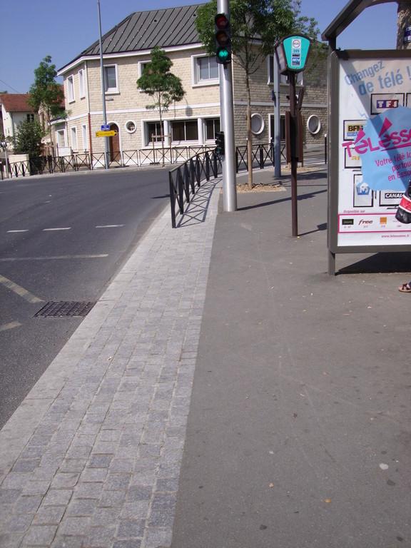Athis Mons arrêt de bus PAS aux normes - absence de bande de guidage et d'éveil