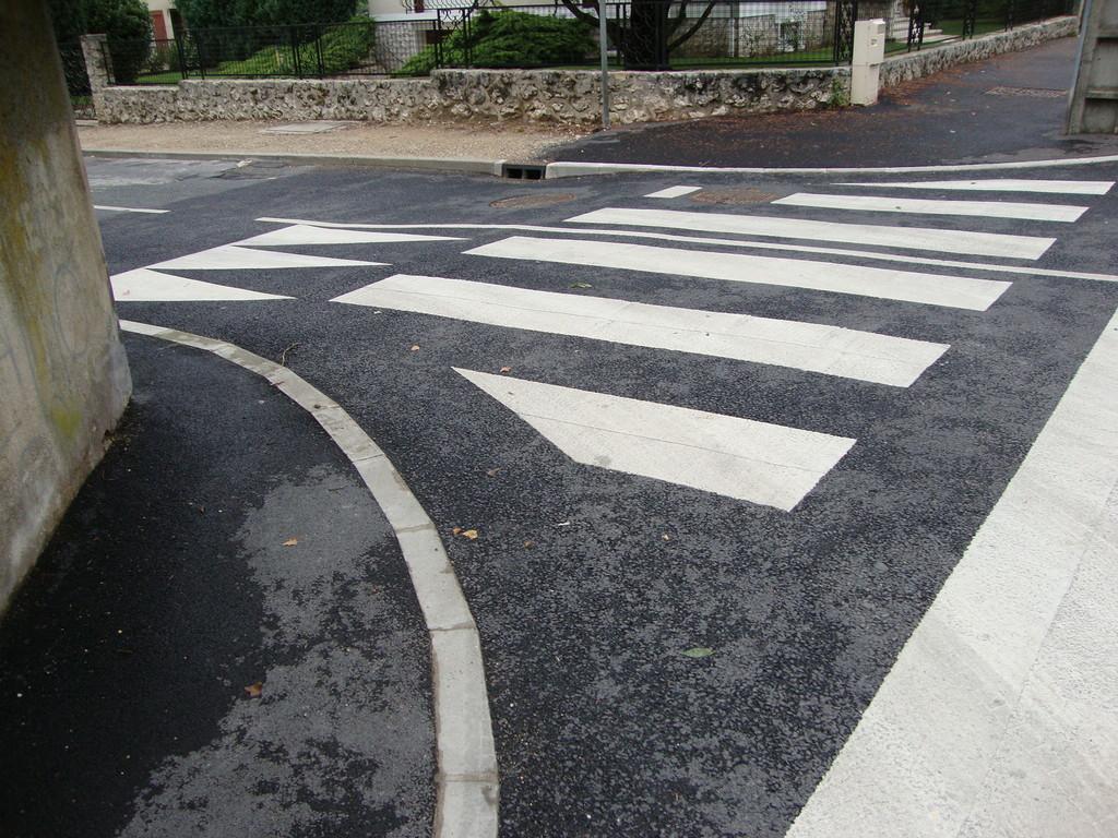 COULOMMIERS - rue de Maussion - pas de bande podotactile, pas de potelet bicolore (non respect de la loi)