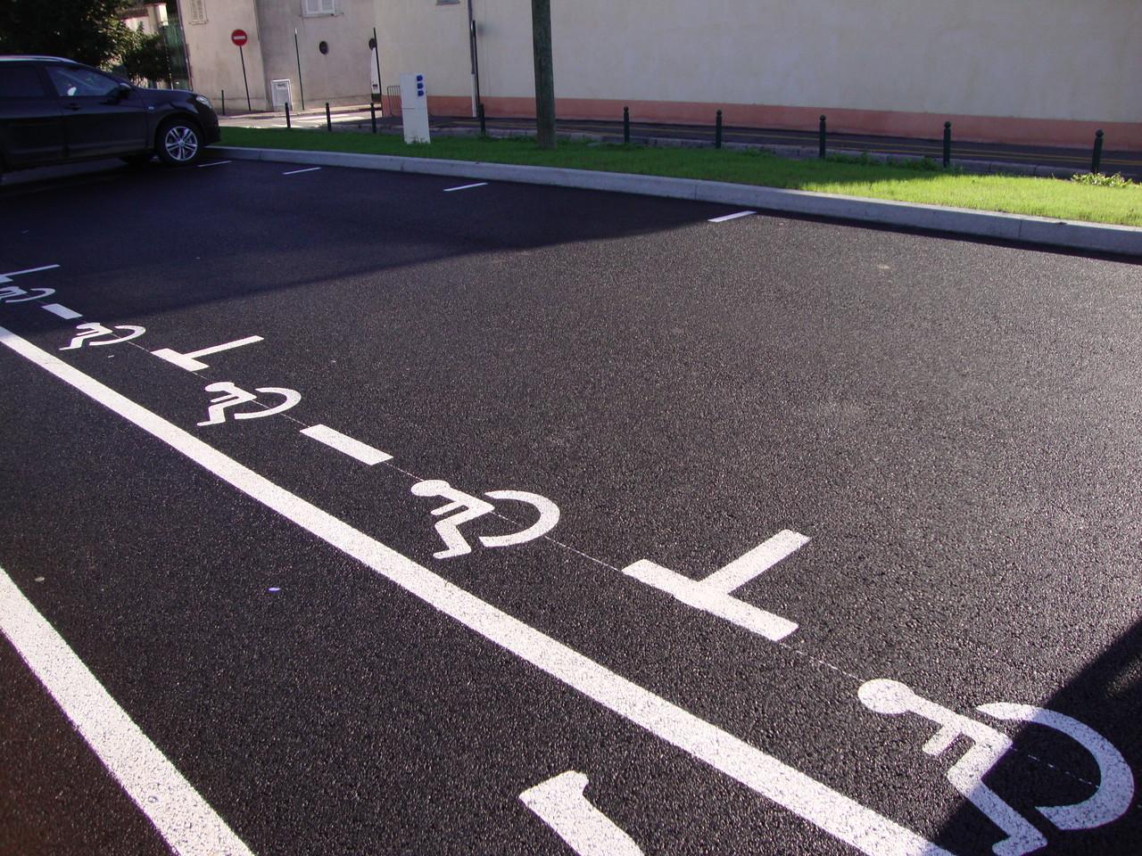 Stationnement pour personnes handicapées absence de matérialisation verticale