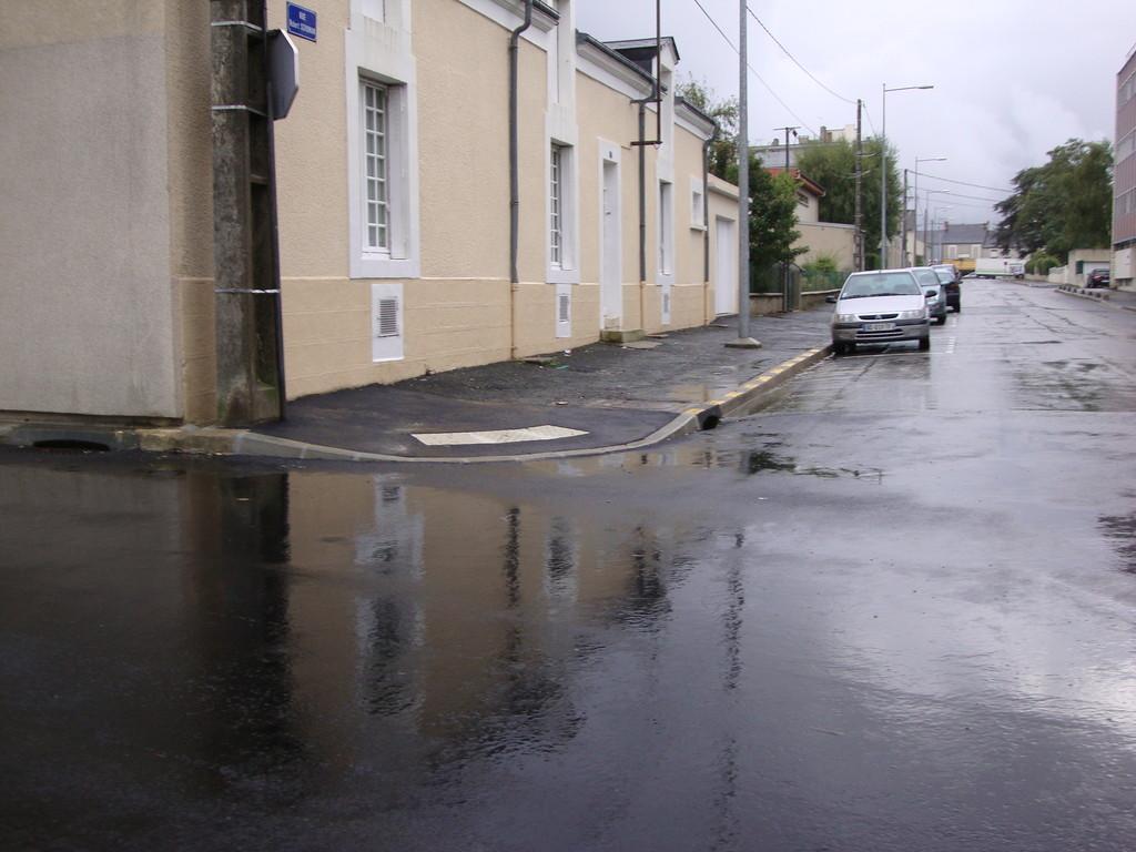 CHATEAUROUX  rue Pierre et marie Curie : absence de potelet bicolore