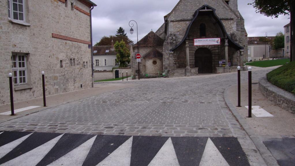 AVON : Voirie refaite autour de l'église Saint Pierre. Pas dans l'esprit de la loi du 11 février 2005