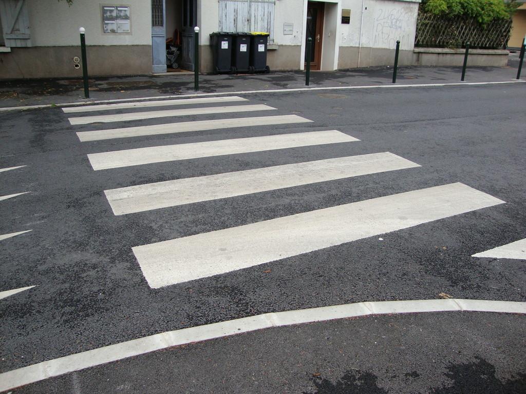 COULOMMIERS - avenue Gassellier - pas de bande podotactile, pas de potelet bicolore (non respect de la loi)