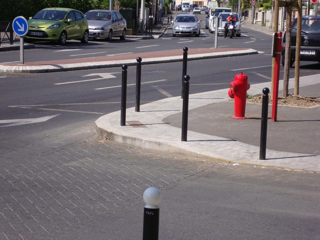 Athis Mons pas de protection du mobilier urbain (borne incendie)