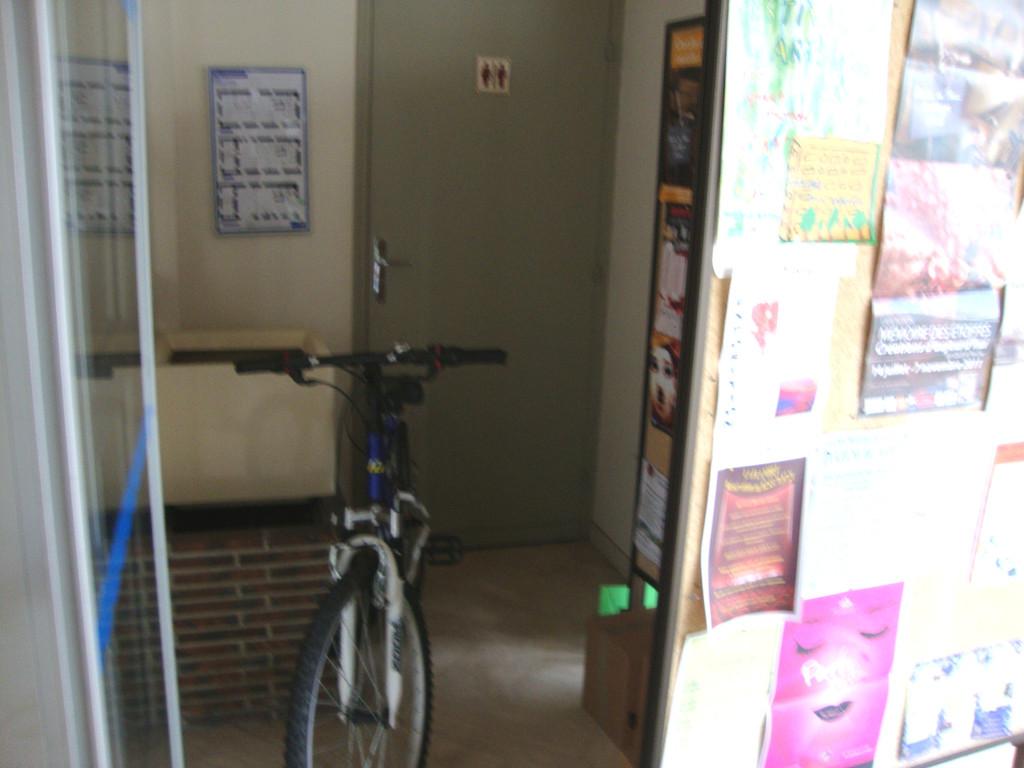 MAIRIE de NOGENT LE ROTROU WC publics accès encombré de vélo et carton. INACCESSIBLE