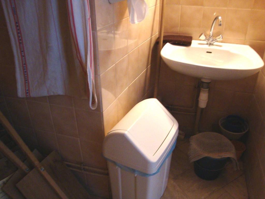 MAIRIE de NOGENT LE ROTROU WC handicapés qui sert aussi de débarras ! INACCESSIBLE
