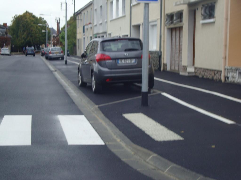 CHATEAUROUX  rue Ste Marguerite : absence de potelet bicolore