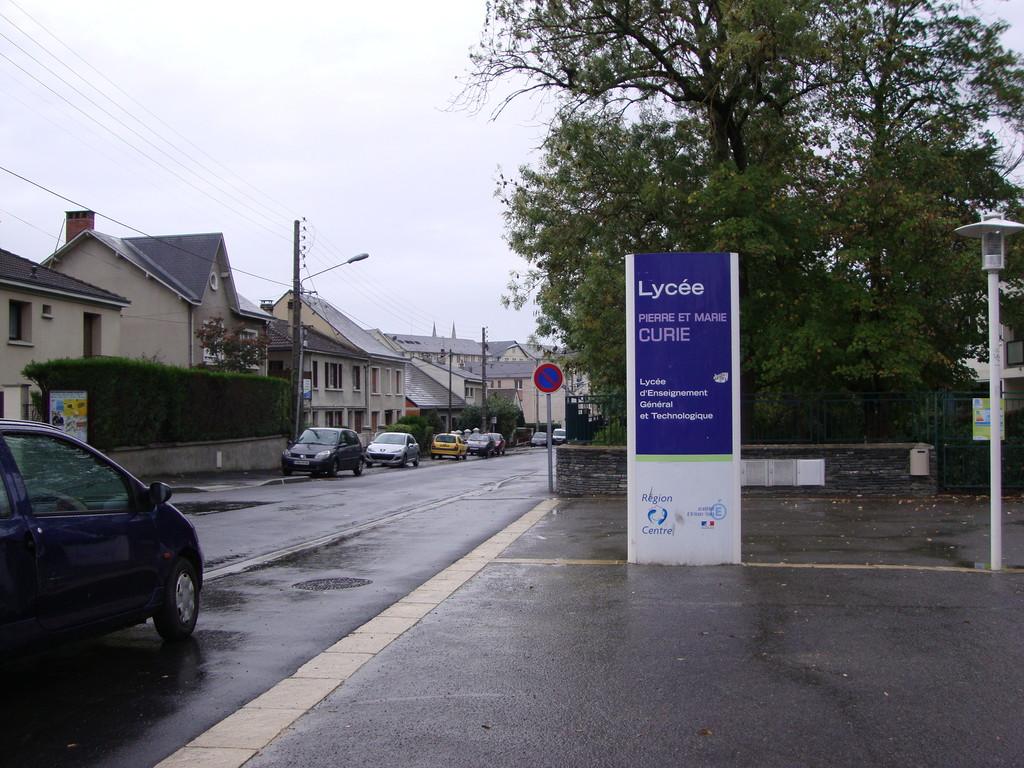 CHATEAUROUX  rue Pierre et marie Curie : proximité d'un Lycée pas de place GIG GIC