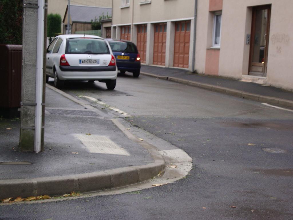 CHATEAUROUX  rue Pierre et marie Curie :  absence de potelet bicolore mobilier urbain au milieu du trottoir