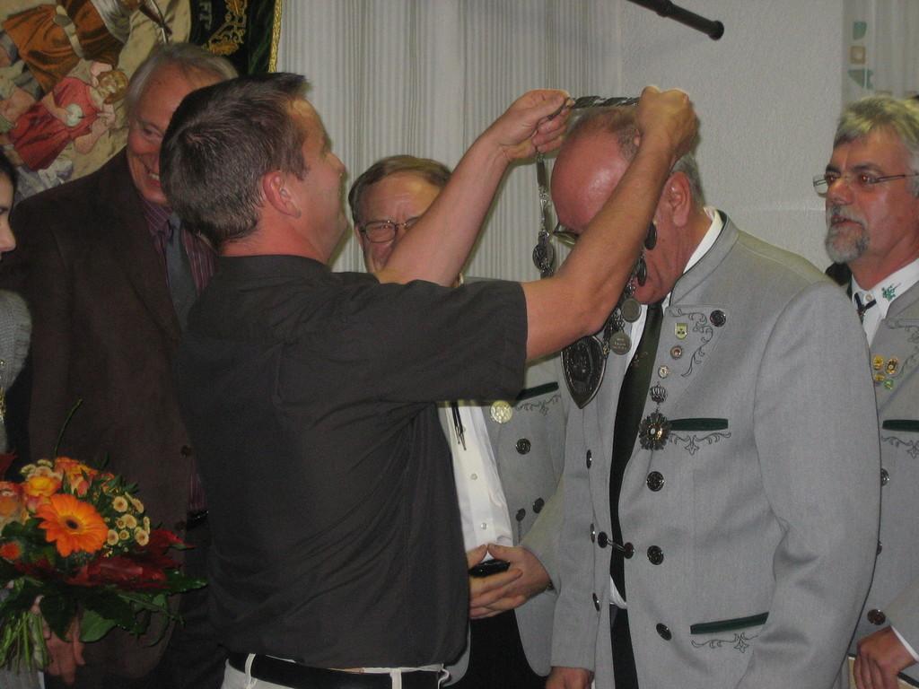 Stefan Reiter übergibt die Königskette an Eugen Dreixler