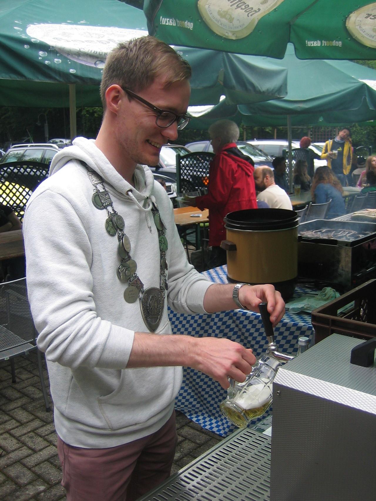 Manuel Hettel beim Fassanstich