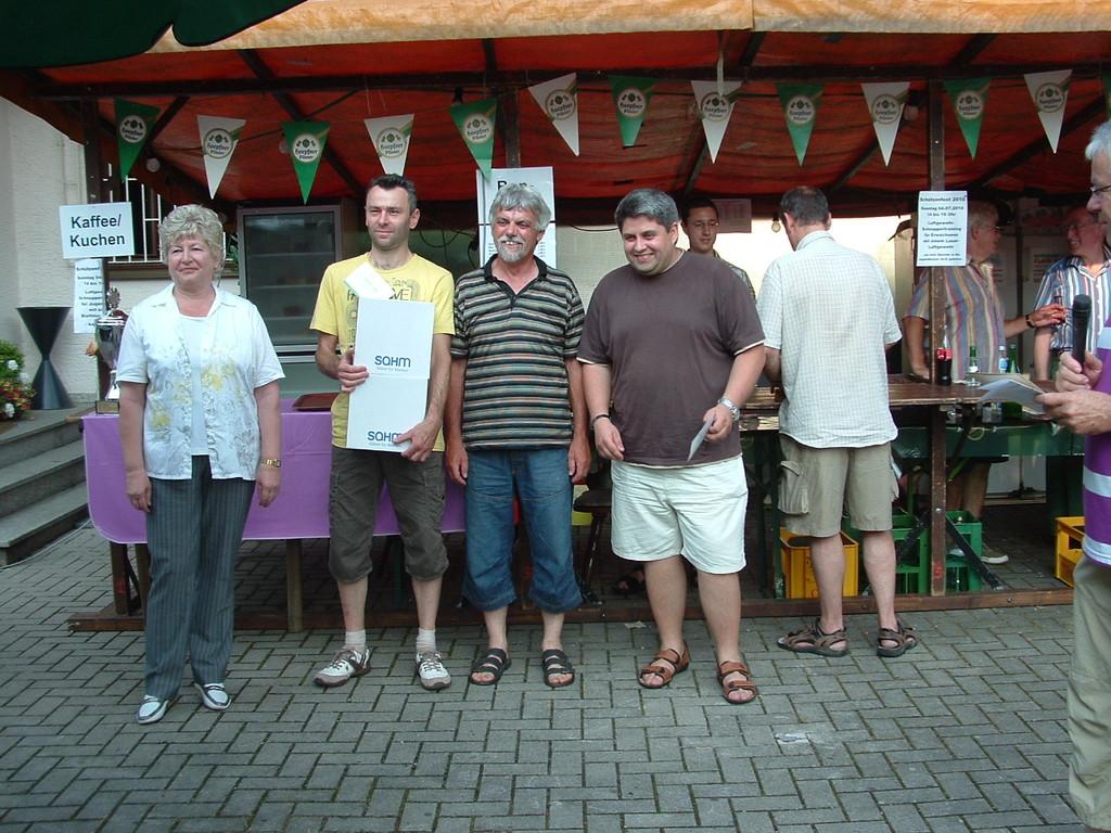 Siegerehrung des Vereins- und Firmenturniers / Dorfschützenkönigsfamilie