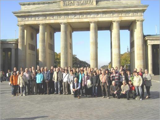 Die 66 Berlin-Reisenden des Trommlerkorps Effeld Gruppenfoto vor dem Brandenburger Tor in Berlin.