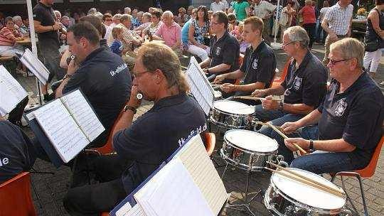 Das Trommler- und Pfeiferkorps Effeld spielte auf und lud zum Familienfest ein. Ganz viele kamen. Foto: agsb