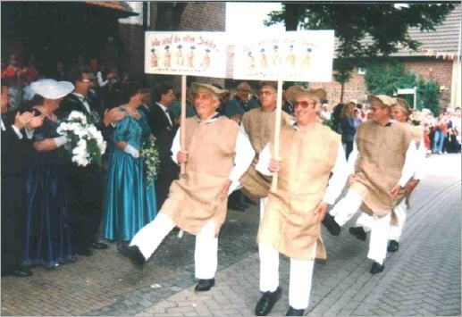 """Die """"alten Säcke"""" im Gleichschritt Frühkirmes 1997"""
