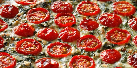 Brennnessel-Giersch-Quiche mit Tomate