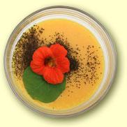 Herzhafte Créme Brûlee mit Kapuzinerkresse-Blüte