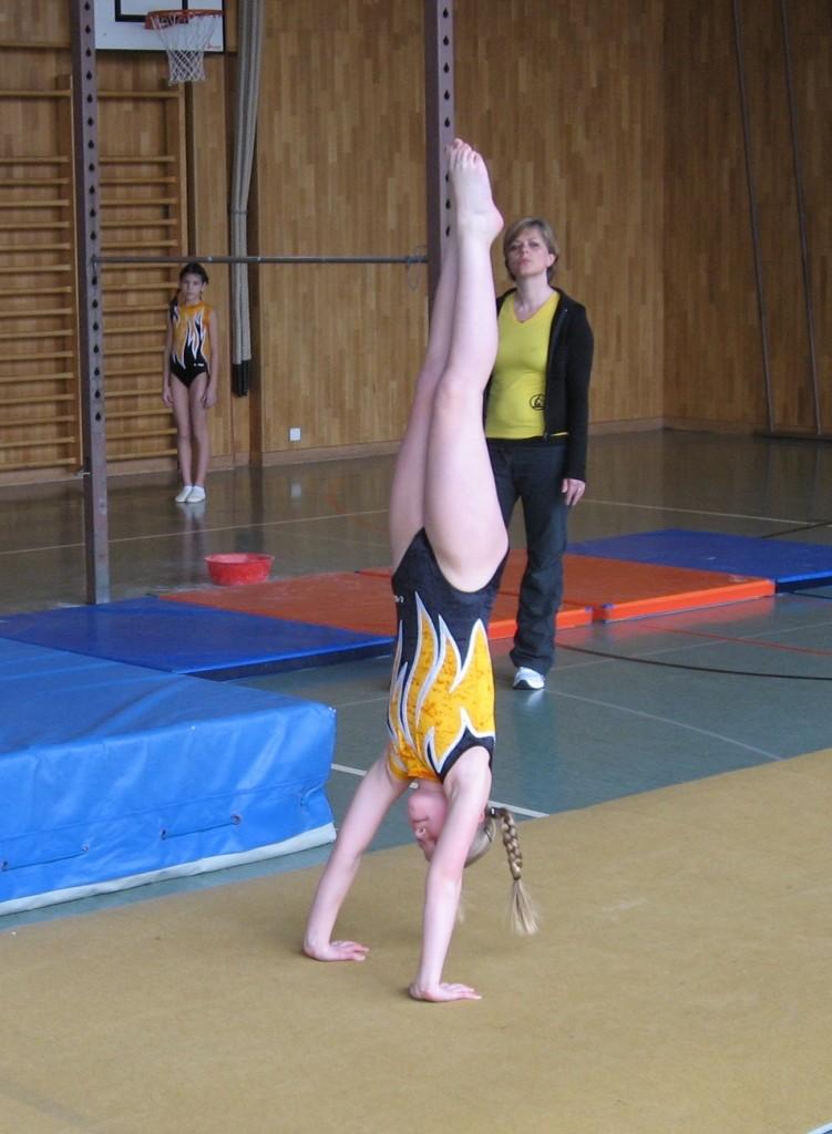 Chiara im Handstand