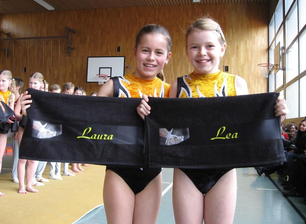 Laura und Lea freuen sich über das praktische Geschenk