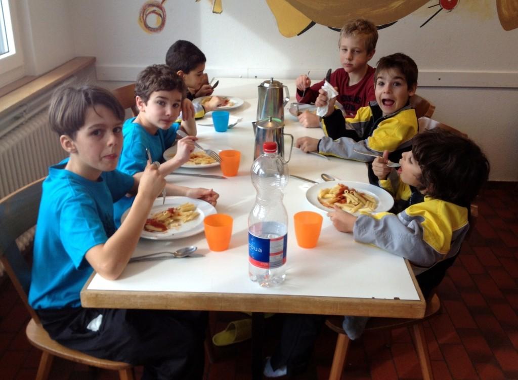 Die Kids beim Penne-Essen