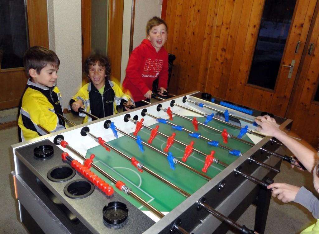 Die Jungs beim Tischfussball