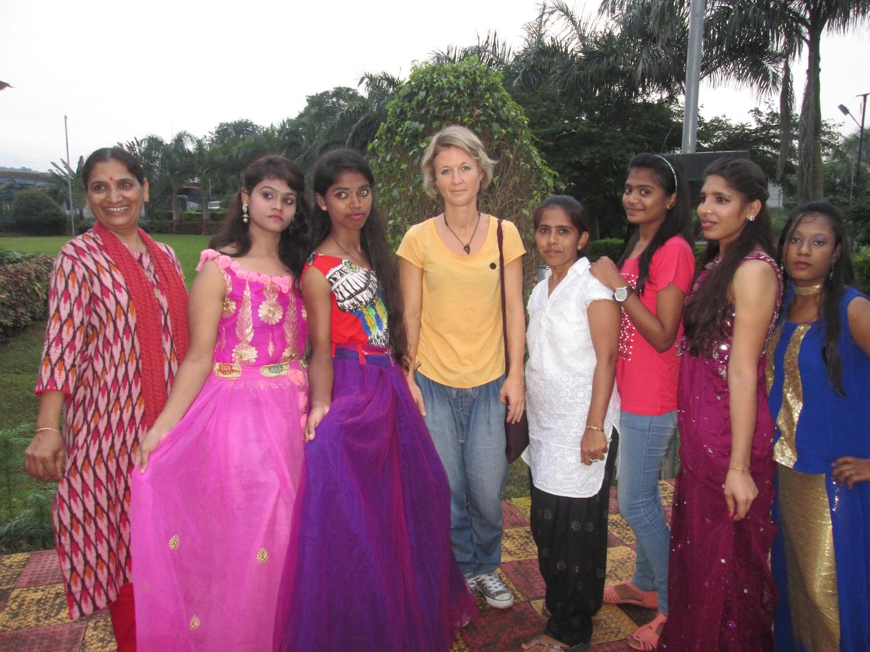 Gerettete Mädchen aus dem Schutzhaus führen ihre selbst gemachten Kleider vor.