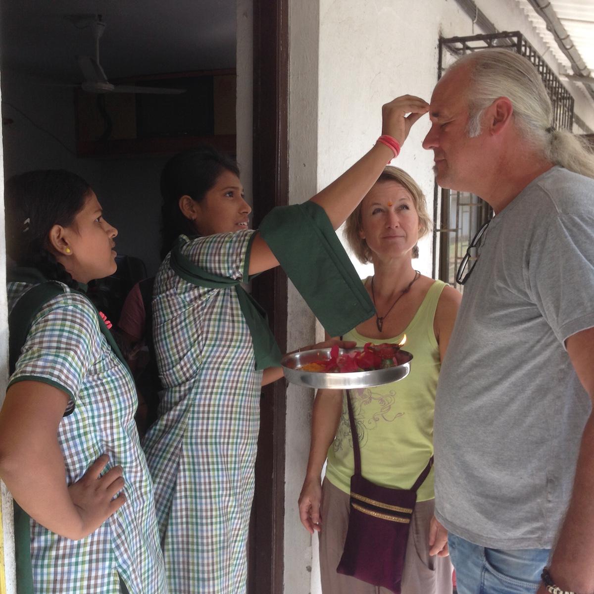 Das SchlussStrich-Team wird herzlich willkommen geheißen im Schutzhaus der Rescue Foundation