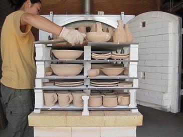 陶芸の工程のひとつ、「素焼」の窯出し風景。750度前後で焼き、釉薬が吸着する素材に変化させる。