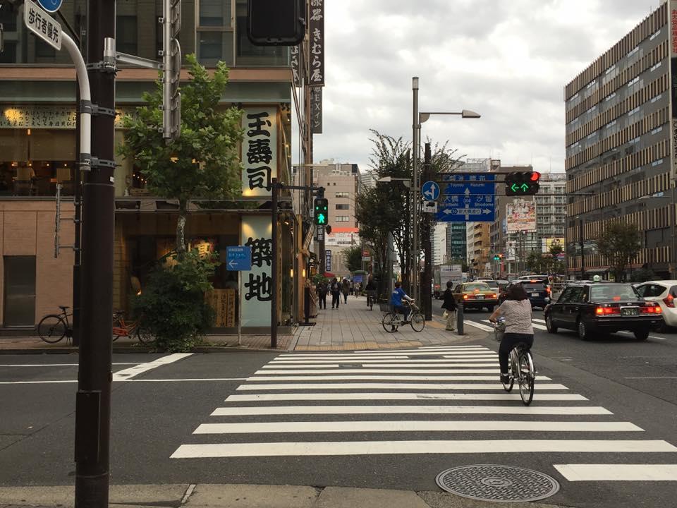 ③次の信号を渡り、玉寿司様の角を左に曲がります