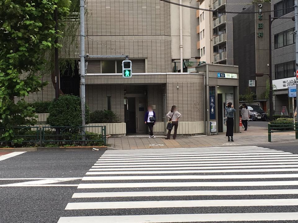 ③(上野方面より)新大橋通りの横断歩道を渡り、左手に進みます